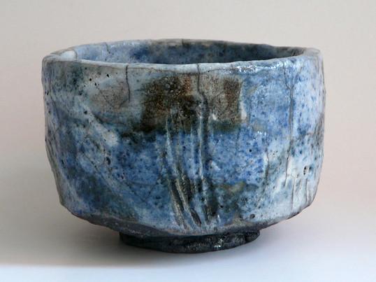 Raku, weisser Ton, handaufgebaut, Glasur mit Pinsel aufgemalt,mit Gas gebrannt,Postreduktion